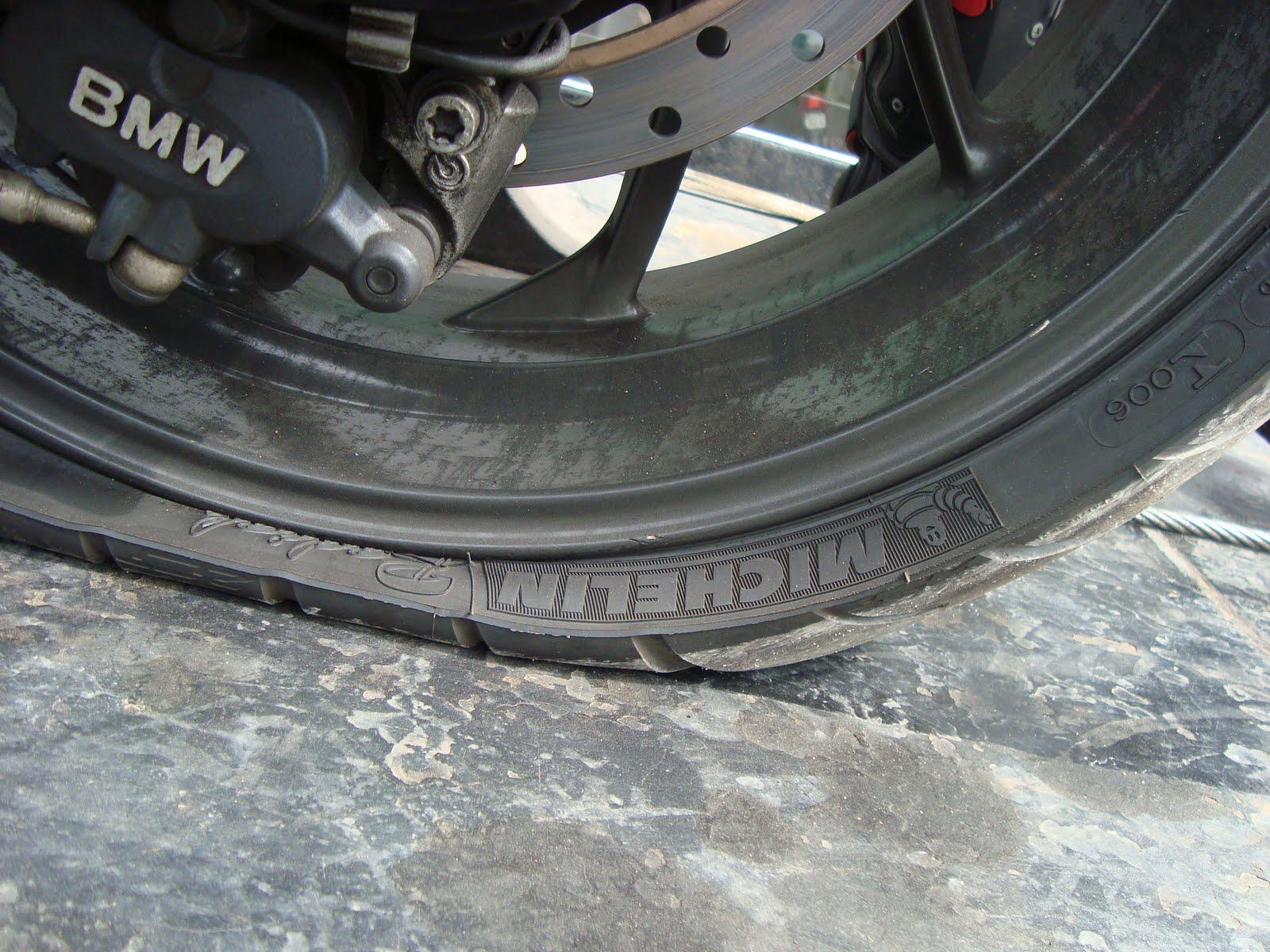 O pneu da moto furou